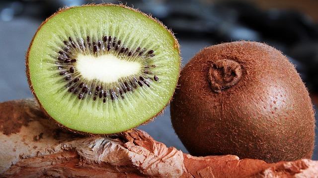 Kiwi Cortado y Entero